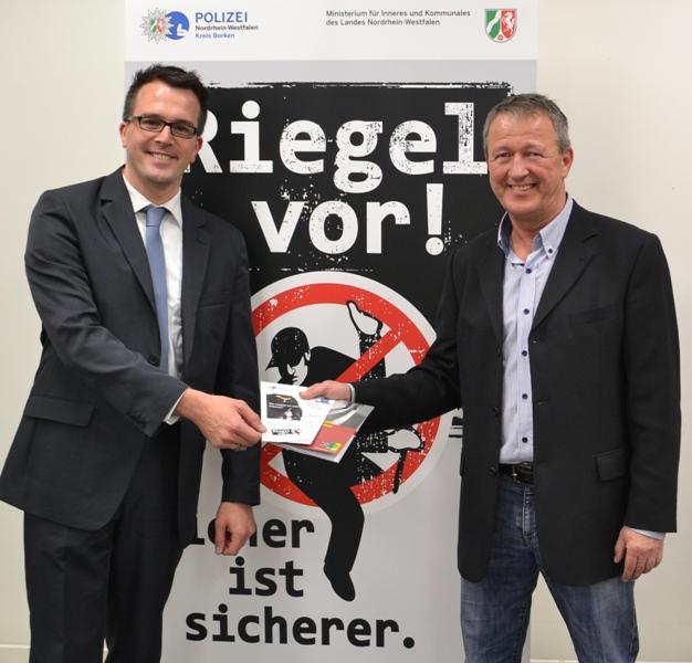 Peter Großmann von der Kreispolizeibehörde Borken gab Tipps in Wort und Schrift zum Thema Einbruchschutz (links Carsten Wendler, CDU-Stadtverband Velen-Ramsdorf)