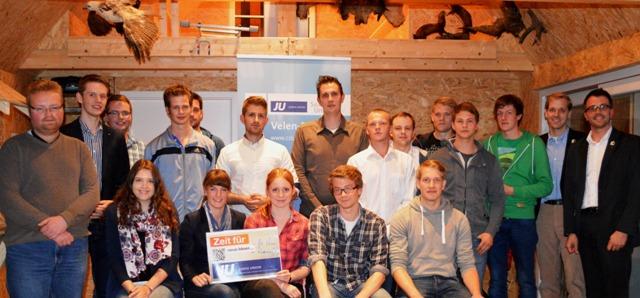 Die Teilnehmer der Neugründung der Jungen Union Velen-Ramsdorf. Die beiden neuen Vorsitzenden (hintere Reihe Mitte): Lukas Rehme (dunkles Hemd) und Marvin Barkanowitz (helles Hemd).