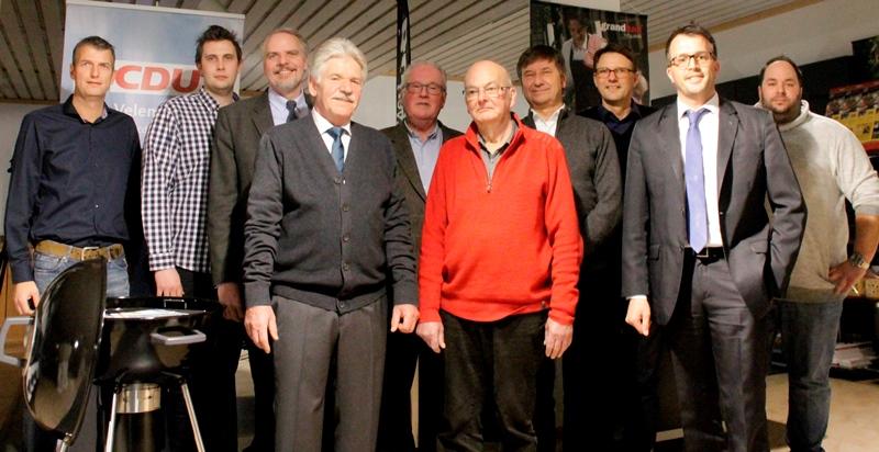 Thomas Kronenfeld (3.v.r.) informierte zum Bürgermeisterwahlkampf, Carsten Wendler (2.v.r.) führte durch den Abend, René Wittig (r.) zeigte mit seinem Team deren Können am Grill und die Geehrten.