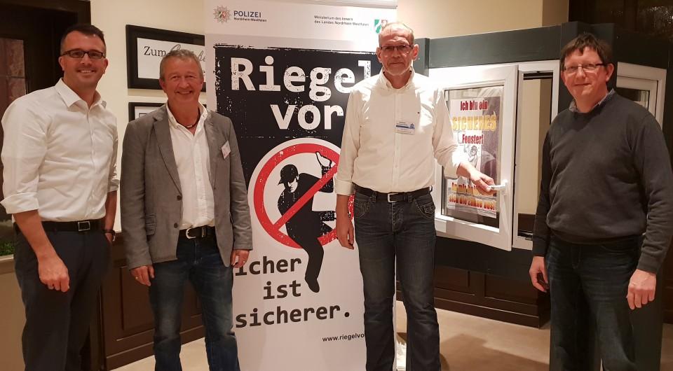 Peter Großmann von der Kriminalpolizeilichen Beratungsstelle (2.v.l.) und Thomas Stenkamp (3. v. l.) gaben Tipps zum Einbruchsschutz. Karl-Heinz Hellmann (r.) und Carsten Wendler dankten im Namen der CDU und der Teilnehmer.