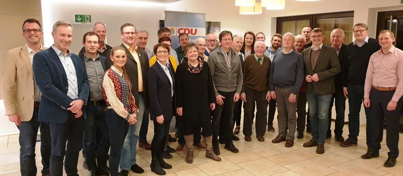 Der neue Vorstand, die ausgeschiedenen Mitglieder, die Referenten des Abends, Landtagsabgeordneter Wilhelm Korth und stellv. CDU-Kreisgeschäftsführer positionierten sich im Anschluss an die Versammlung zum gemeinsamen Foto.